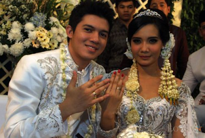 Inilah 7 Artis Indonesia Yang Menikah di Usia Muda