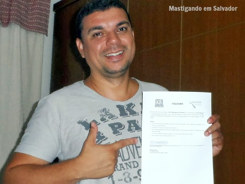Mauro Reis, com o voucher do Kalil's Burger