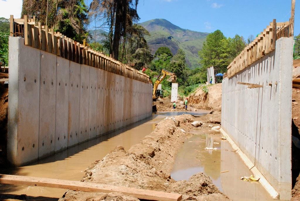 Rio Imbuí recebe galerias com paredes de concreto e degraus, para diminuir a velocidade da água