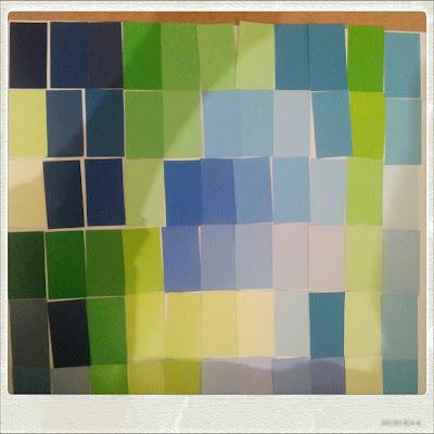 Farbmusterkarten zerschnitten und auf Papier angeordnet