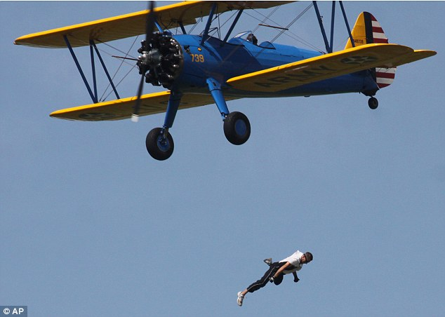 Stuntman maut terjatuh dari kapal terbang
