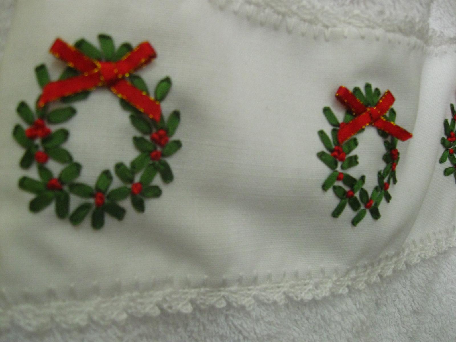 A Mano Toalla Blanca Con Coronas Bordadas En Cinta Y Tejido A Crochet -> Tapetes Para Sala Tejidos A Crochet