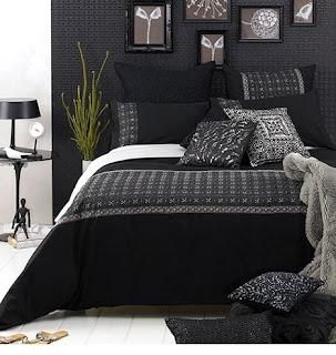 quarto de casal preto e branco com apontamentos decorativos