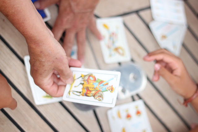 maituins-2015-summer-jugar-a-la-escoba.cartas