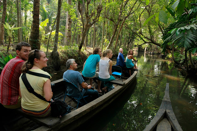 http://www.ntpindiatourism.com/south-india/kerala-tours/munnar-thekkady-alleppey-house-boat/