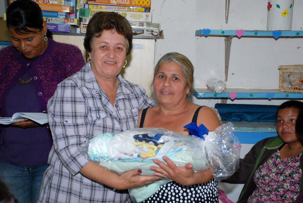 A dona de casa Neide dos Santos Oliveira recebeu o enxoval pela filha que não pode comparecer ao evento