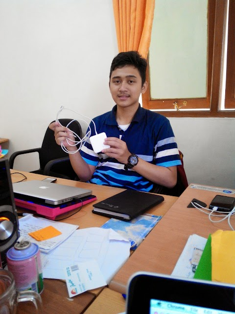 Cara menggulung charger macbook