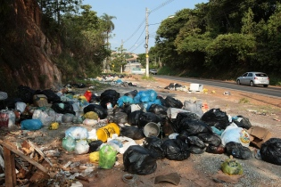 Prefeitura de Santa Luzia está abandonada e cidade é deixada às moscas