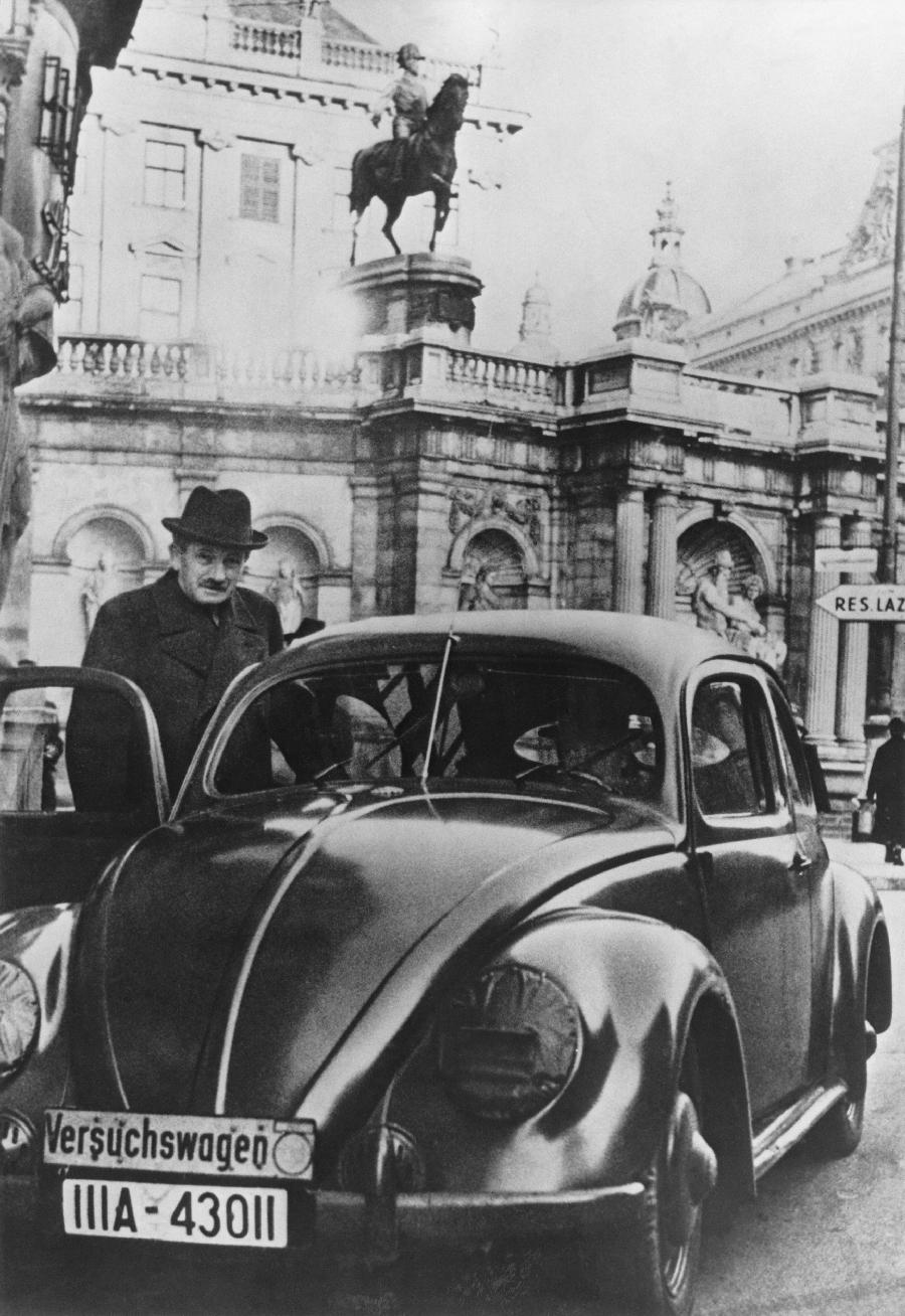 Фердинанд Порше и его детище Volkswagen Beetle