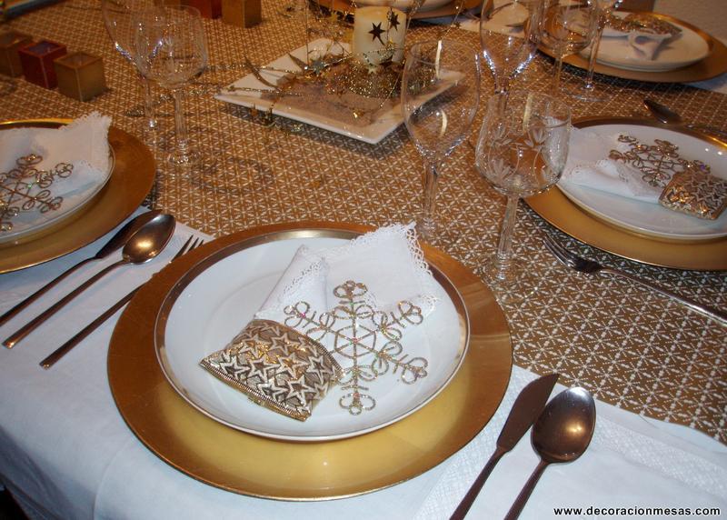 Decoracion de mesas mesa navidad en blanco y dorados for Mesas para navidad