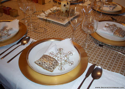 Decoracion de mesas mesa navidad en blanco y dorados for Mesa de navidad elegante