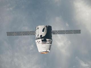 Корабль Dragon подлетает к МКС