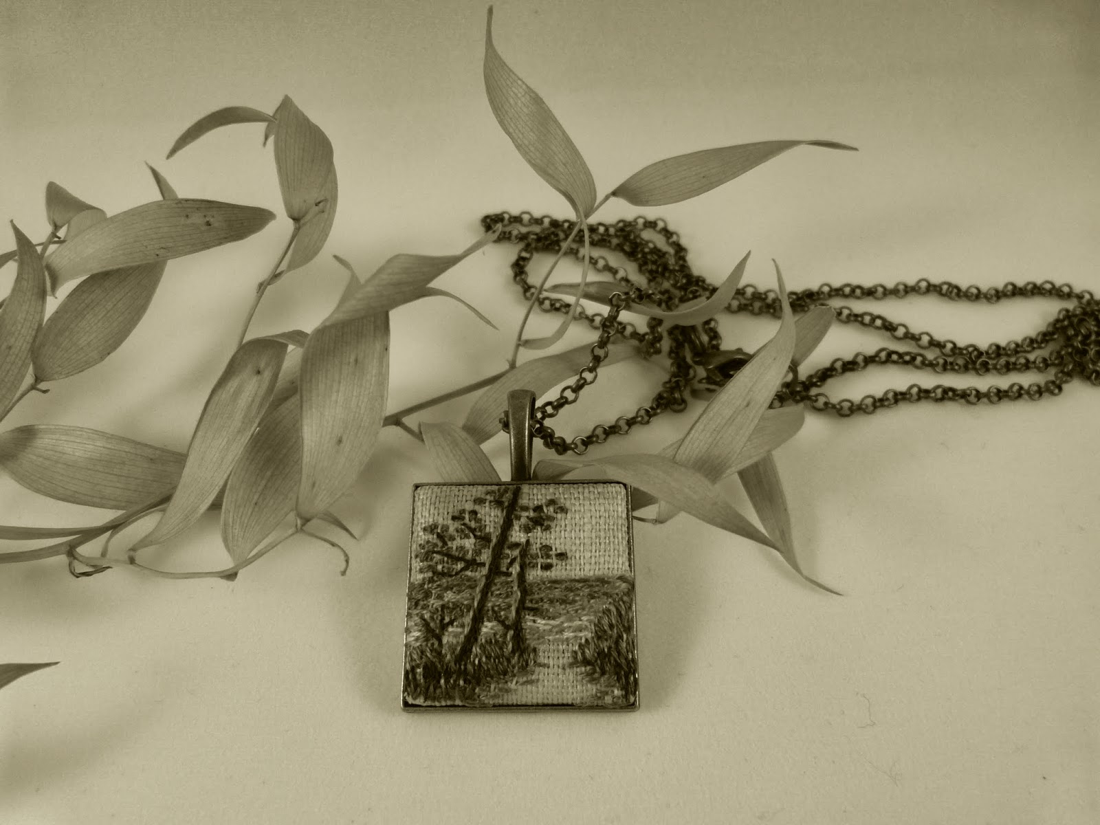 haft płaki, embroidered pendant, haftowany krajobraz, haftowany naszyjnik, naszyjnik z haftem, embroidered jewerly, naszyjnik vintage, medalion z haftem, handmade jewerly