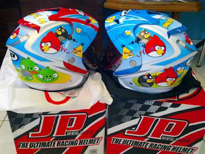 Satu lagi gambar helmet 'Angry Birds' dari sebuah laman forum dari Indonesia.