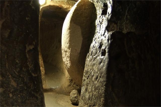Puerta rueda de molino - Ciudad Subterránea de Özkonak - Capadocia