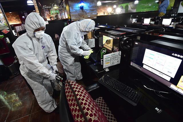 Nhân viên y tế cũng xuống kiểm tra tiệm Net tại Hàn Quốc khi có dịch bệnh.