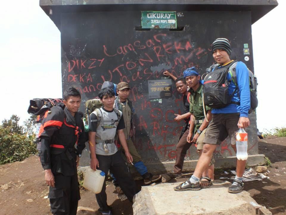 Tugu Di Gunung Cikuray