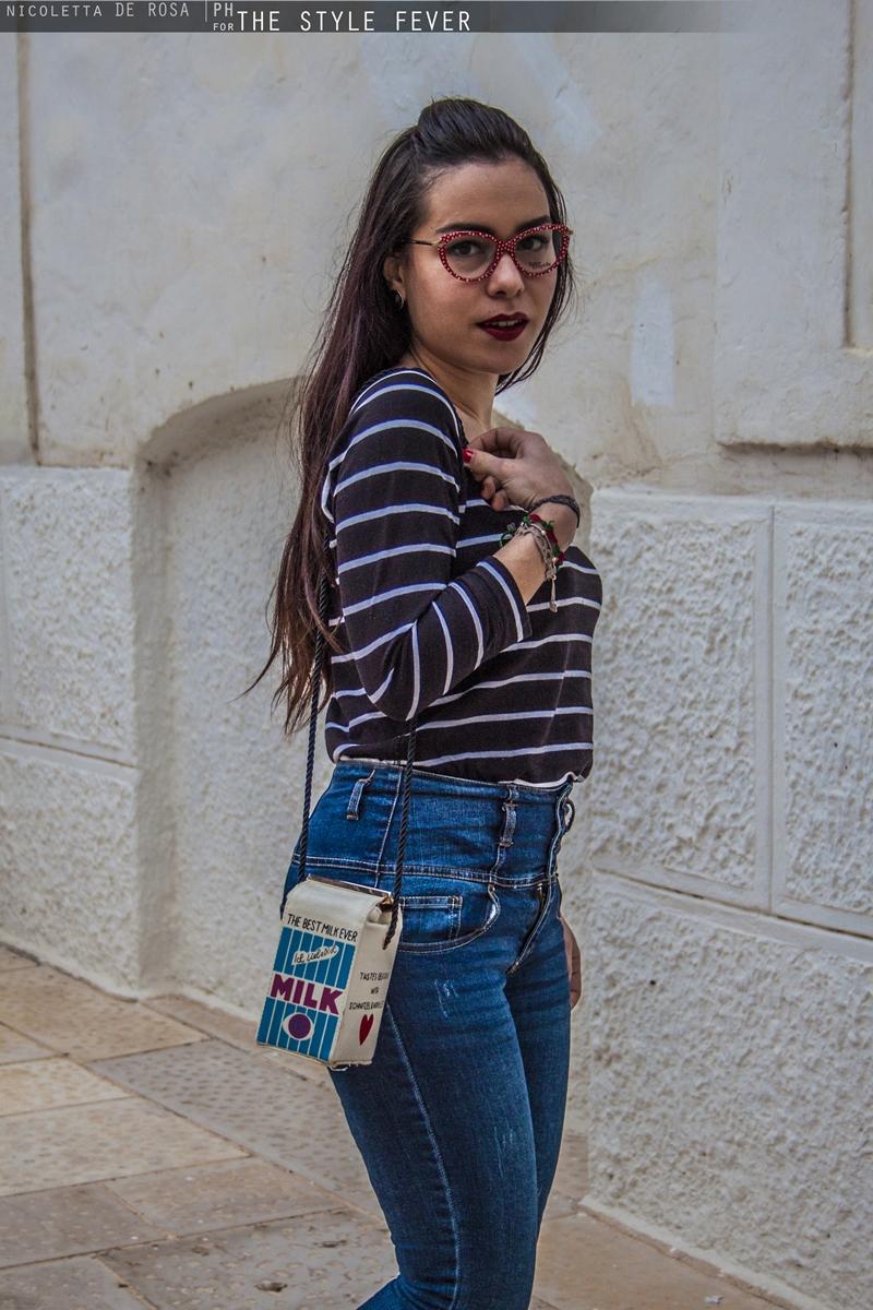 Outfit vintage, jeans a vita alta, occhiali anni 50, look da pin up, borsa a forma di cartone del latte, Mina Masotina, fashion blogger Bari, Lolita Lempicka