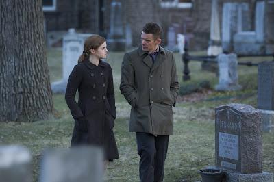 Emma Watson (Angela) e Ethan Hawke (Detective Bruce Kenner)