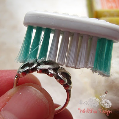 Cleaning silver with toothbrush and Samfong Powder by WireBliss