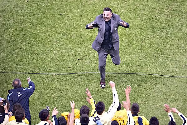 Antonio Mohamed, festejando en la Final del futbol mexicano, al salir Campeón con América en la Final del Apertura 2014 | Ximinia
