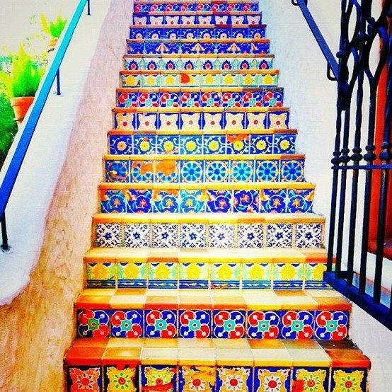Arqteturas colorindo a escada for Azulejos de colores en cordoba