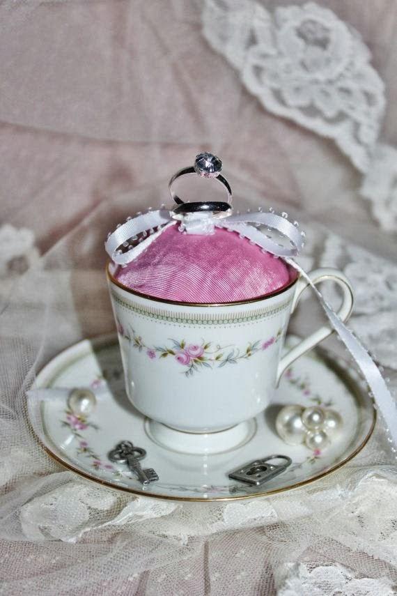 Сватбена поставка за хлаки в чаена чаша
