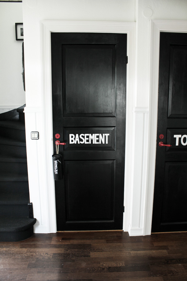 svarta dörrar, svart dörr med vitmålad text, handmålade dörrar, svart och vit hall, diy återvinning värmeljus, diy skriva text
