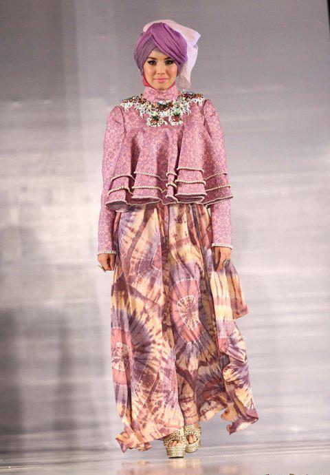 busana kombinasi kain tie dye khas Dian Pleangi dan kain tenun