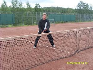 Hervannan tennishallissa jollei muualla ole sijaa tai keli anna myöden. Kesätennis mielessä