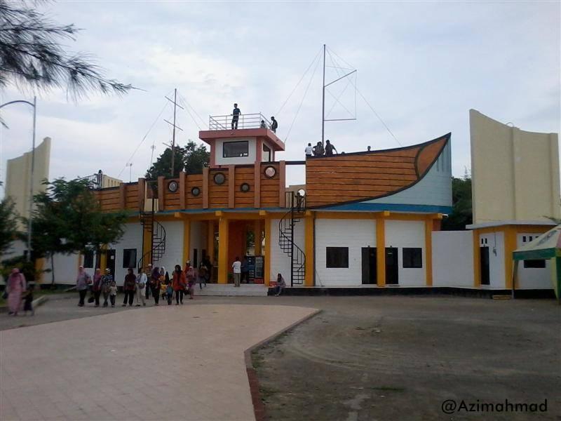Pintu gerbang Wisata Pantai Boom, Pintu gerbang berbentuk kapal di Wisata Pantai Boom Tuban.