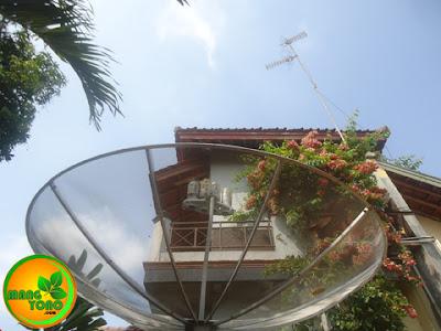 Antena Parabola Vs Antena UHF semoga saja tidak berantem