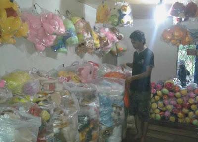 MERAPIKAN: Karyawan di Toko Boneka Kartini sedang menyusun dan merapikan boneka-boneka setelah di pilah-pilih pembeli. MARSITA/PONTIANAK POST