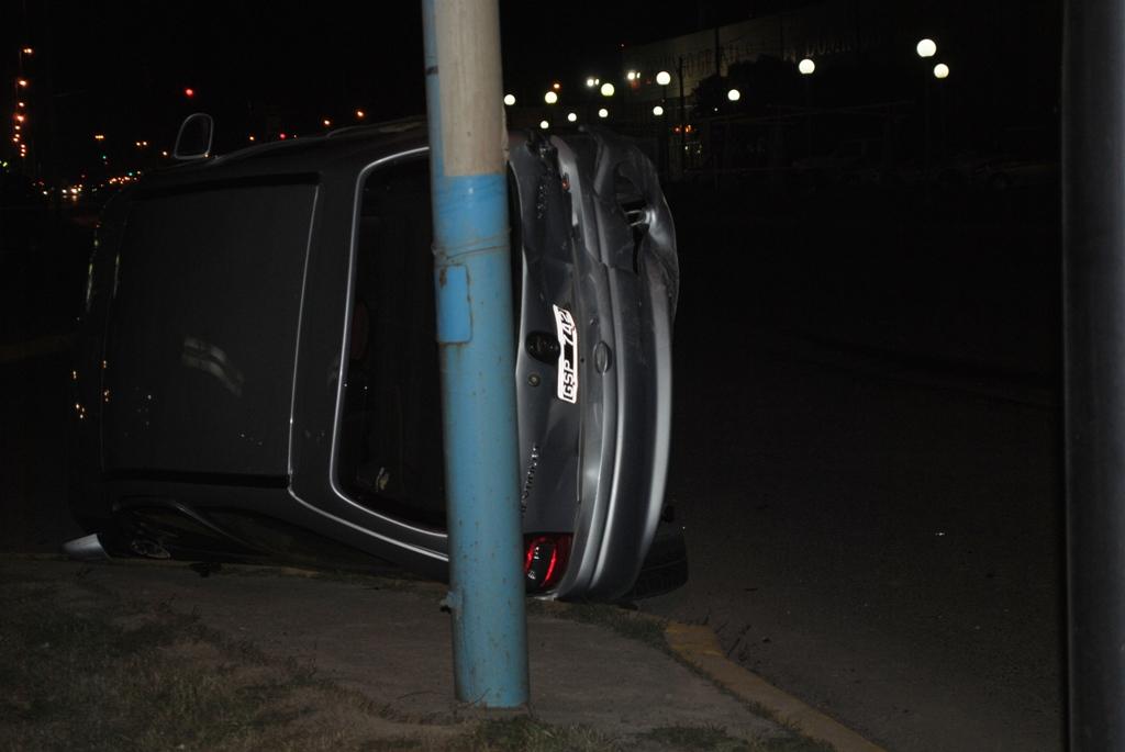 Corria picadas y choco un auto en un semaforo