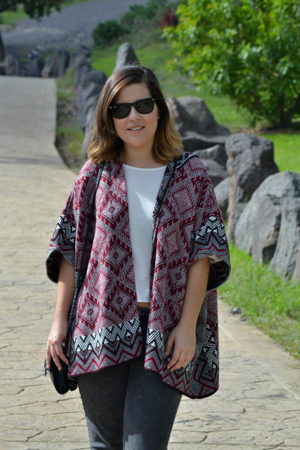 look_outfit_como_combinar_poncho_zapatos_purpurina_lolalolailo_02