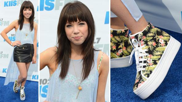 C  Pour la tenue de Selena, je la trouve très féminine, j\u0027adore cette  tenue, elle est simple  C\u0027est très beau. Le sac, ça va, j\u0027aime pas TROP  TROP mais