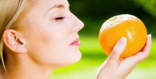 chica con una naranja