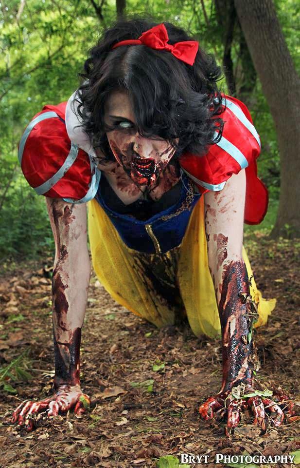 cosplay féminin de Blanche-Neige Zombie à genoux
