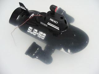 maqueta a escala de un submarino controlado a distancia marca NIkko