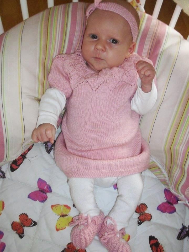 strikket baby kjole med hulmønster