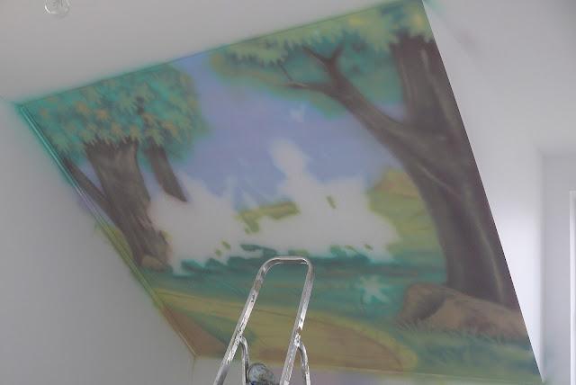 Malowanie na ścinie bajkowego obrazu z motywem królewny śnieżki, aranżacja poddasza w pokoju dziewczynki, Warszawa