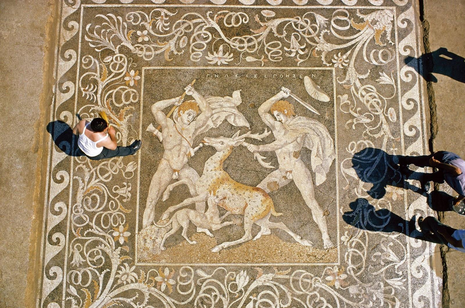 Filipo hizo de Pella la nueva capital de Macedonia en detrimento de Egas (Vergina). En Pella se han descubierto magníficos mosaicos que decoraban casas y palacios, como el de la imagen, con una escena de cacería.