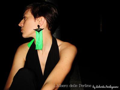 Orecchini Priest su modella, foto notturna.