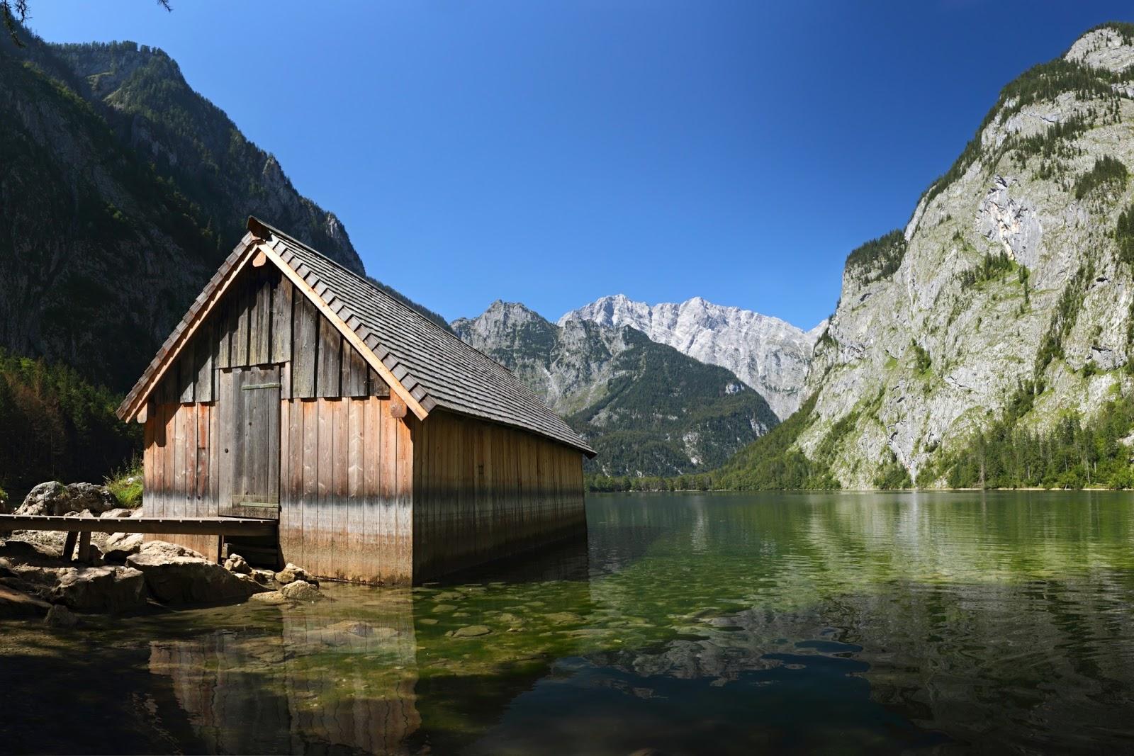 Banco de im genes caba a de madera junto al lago de las for Cabine del lago casitas