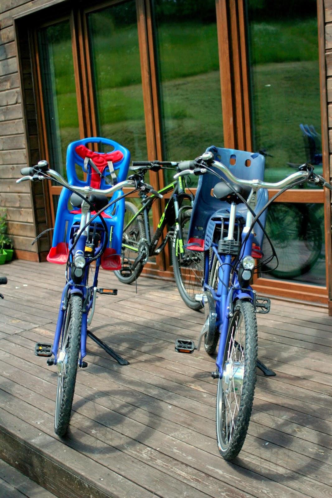 rowery elketryczne, niebieski rower z fotelikiem