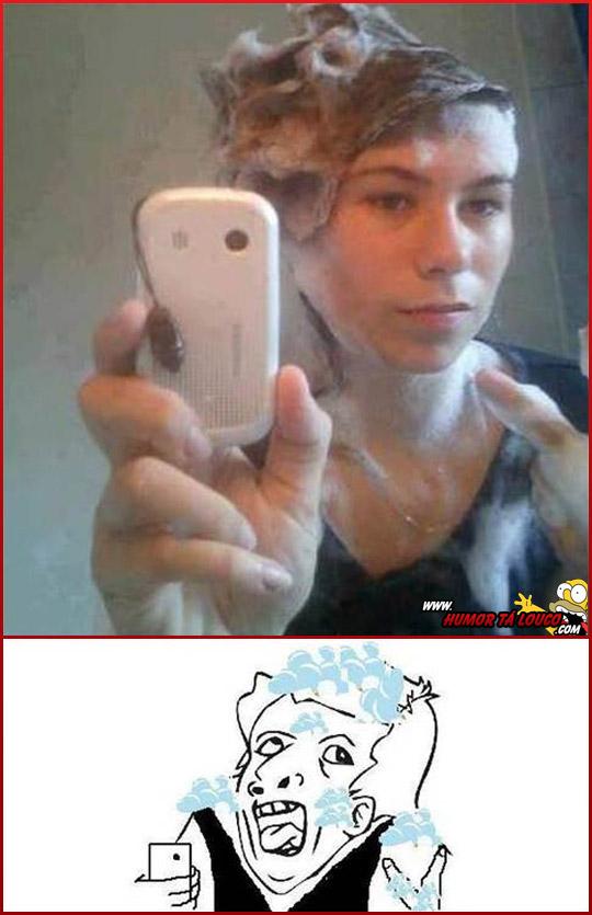 Tirinha Meme Genius tirando foto no banheiro