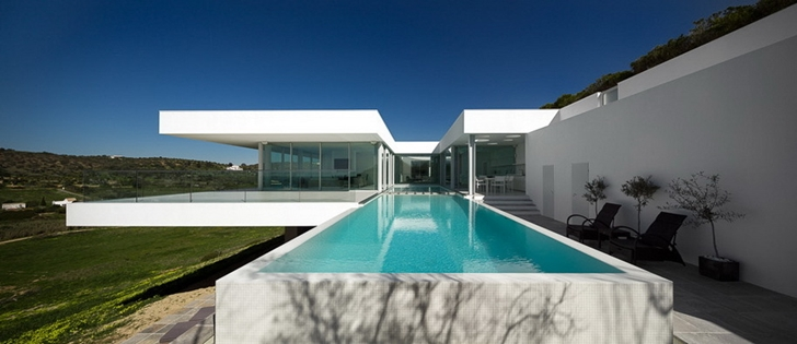 Swimming pool and Modern Villa Escarpa by Mario Martins