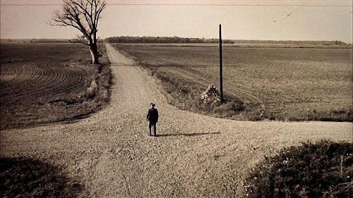 Homem decide qual caminho seguir diante de uma encruzilhada