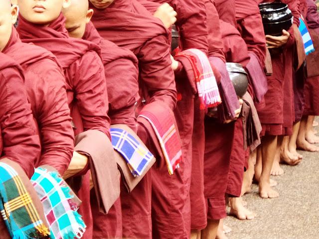 Avventure nel Mondo - Dolce Burma - monastero Magagandayone - pranzo dei monaci