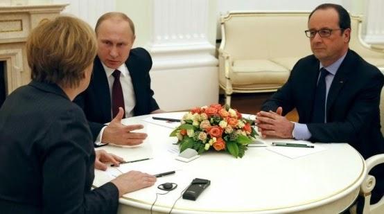 Παρασκευή το βράδυ στο Κρεμλίνο: Η Γερμανίδα Καγκελάριος Άνγκελα Μέρκελ και ο Γάλλος πρόεδρος Φρανσουά Ολάντ επισκέφτηκαν τον Πρόεδρο Βλαντιμίρ Πούτιν